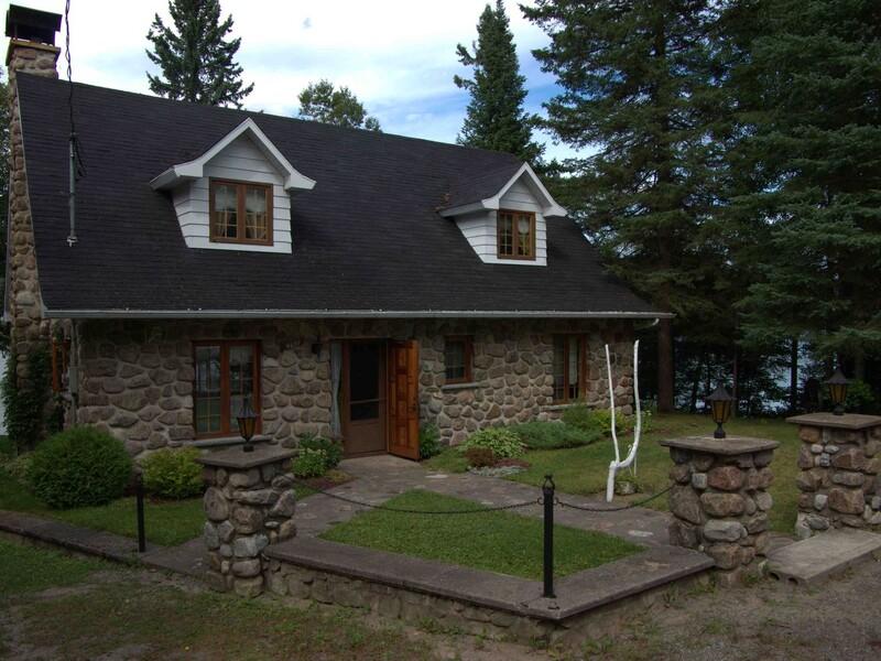 Location du chalet maison canadienne lac br l for A la maison de pierre et dominique montreal