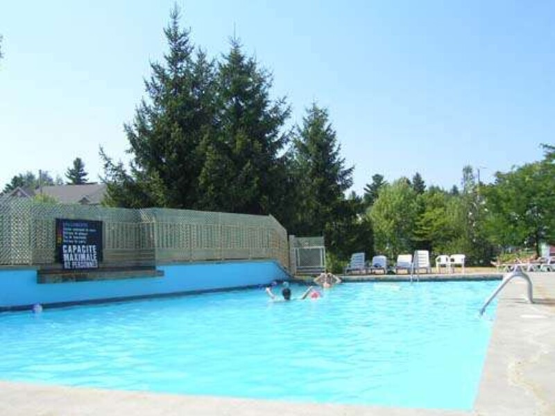 Location du chalet club azur 2 3 chambres magog for Club piscine canada